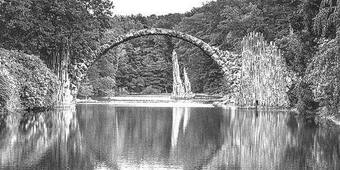 Profil - Brücke spiegelt sich im Wasser